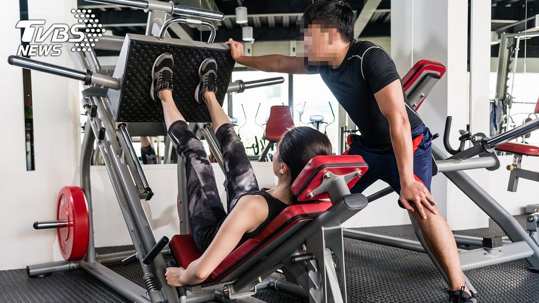 教練藉故襲胸。(示意圖,與當事人無關/shutterstock達志影像) 人妻健身房遭「襲胸」喝斥 教練扒衣喊:妳也可摸我啊!