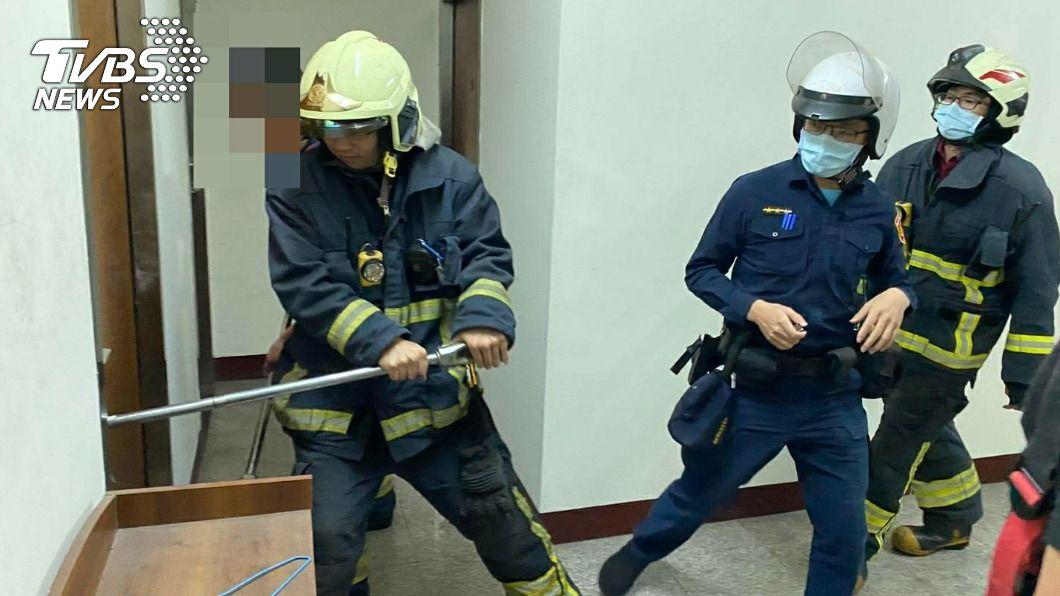 (圖/TVBS) 獨居男中風「呼救12小時」癱軟倒地 警消破門救援