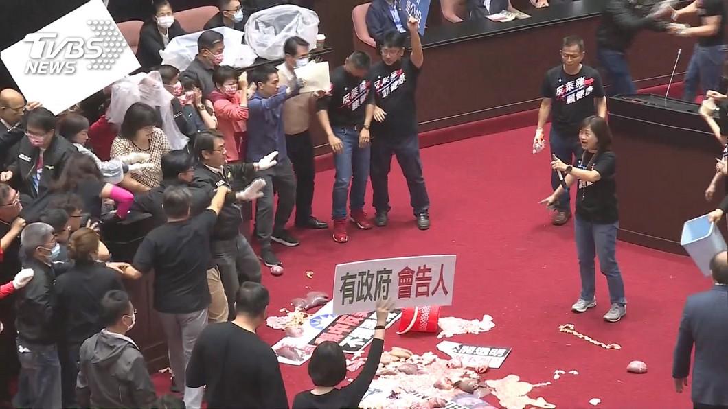 立院地毯因沾有豬內臟需花錢特地消毒。(圖/TVBS資料畫面) 藍議場丟豬內臟 立院秘書長:若換地毯要賠百萬
