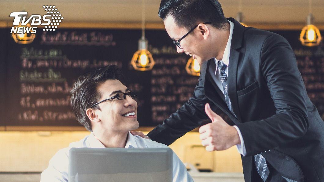 (示意圖/Shutterstock達志影像) 老闆豪送8億給員工 秘書憑「股票分紅」36歲爽退休