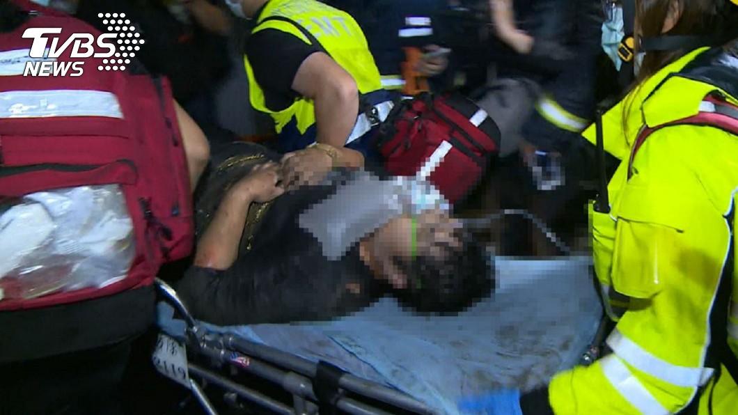 消防隊花1小時才救出母親。(圖/TVBS) 新莊深夜大火 單親母帶子女「猛跳3樓」斷骨卡防火巷