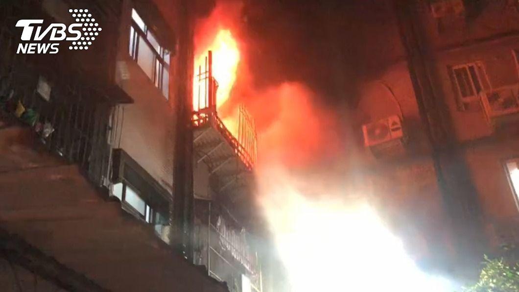 新莊深夜大火,母帶兩名子女跳樓逃生獲救。(圖/TVBS) 新莊公寓暗夜大火 母親帶子女跳樓逃生獲救