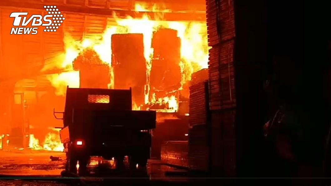 (圖/TVBS) 高雄木材工廠火警猛燒300坪 烈焰濃煙竄4小時