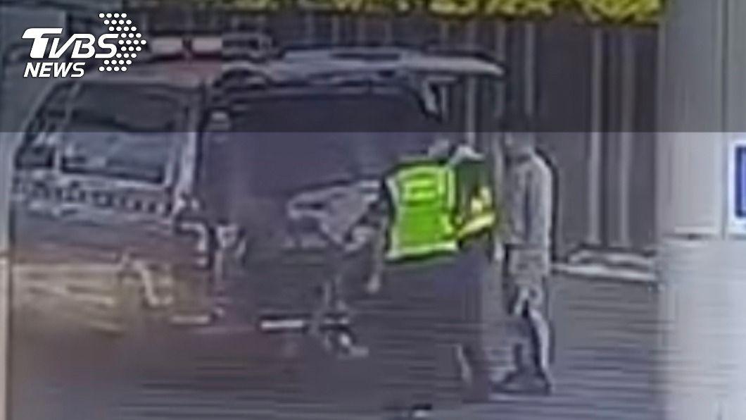 女子疑似和男友發生爭執墜車。(圖/TVBS) 疑吵架女墜落國道遭輾壓 駕駛:門沒關好