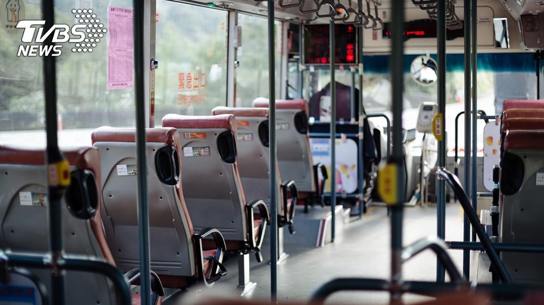 (示意圖/shutterstock達志影像) 搭公車臀部遭摩擦 台中妹褲子「濕一塊」聞一下噁炸