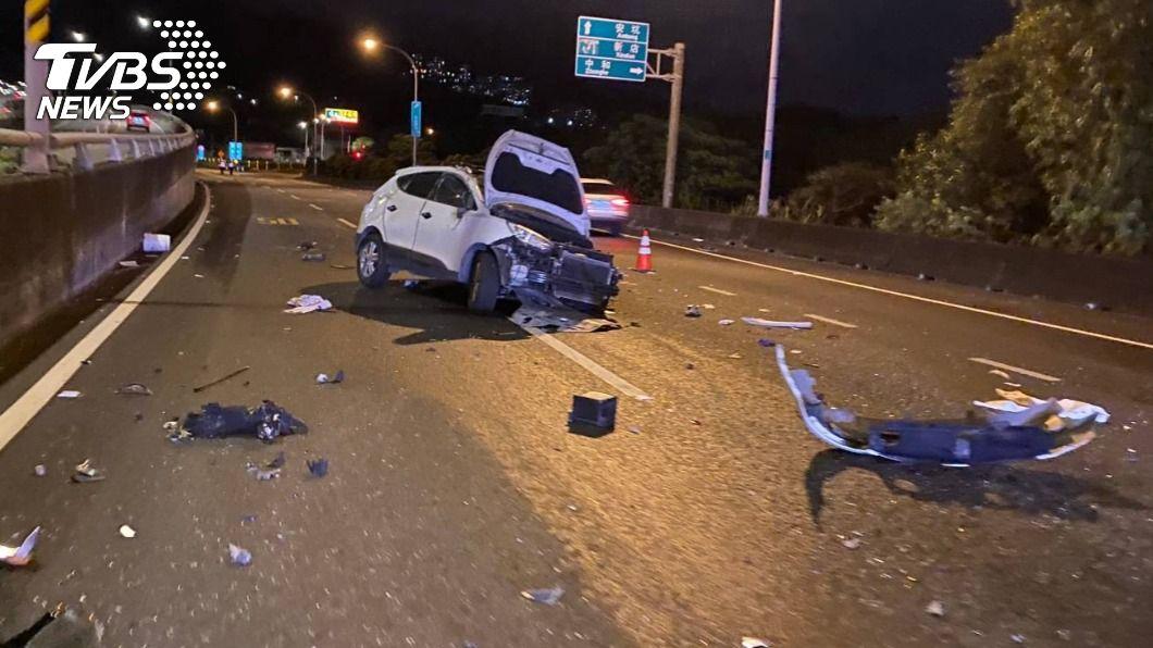駕駛喝太醉,自撞橋墩彈飛車外。(圖/TVBS) 男爛醉自撞橋墩飛車外狂噴血 酒測值高達1.325