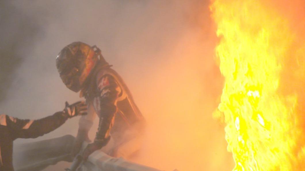 車手撞護欄引發大火。(圖/翻攝自臉書「F1」) F1賽車失控撞護欄 賽道秒成「火海」駕駛驚險逃出
