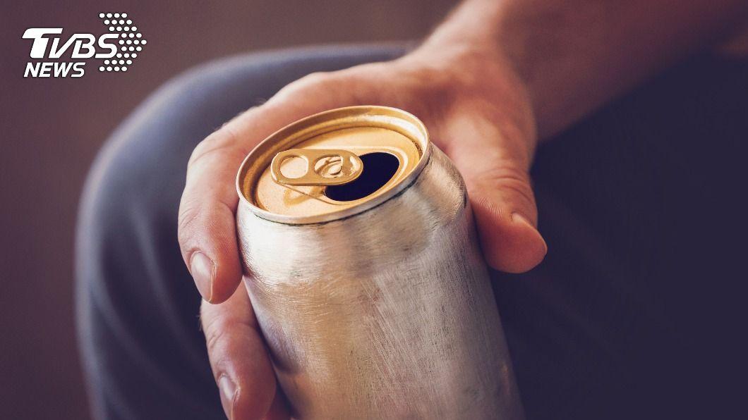 高中生飲用自己攜帶的罐裝飲料發現口腔灼傷。(示意圖/shutterstock達志影像) 高中生飲料疑摻酸性液體口腔灼傷 不排除惡作劇