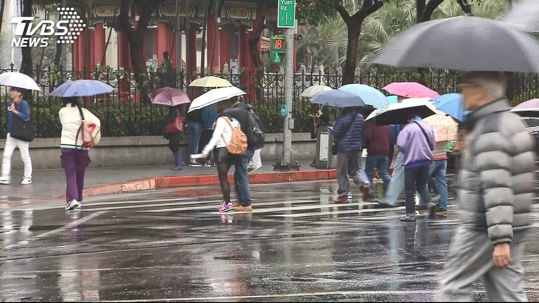 228連假有局部短暫雨。(示意圖,與本事件人物無關/TVBS資料畫面) 228連假天氣一次看 颱風水氣「暴襲時間曝」