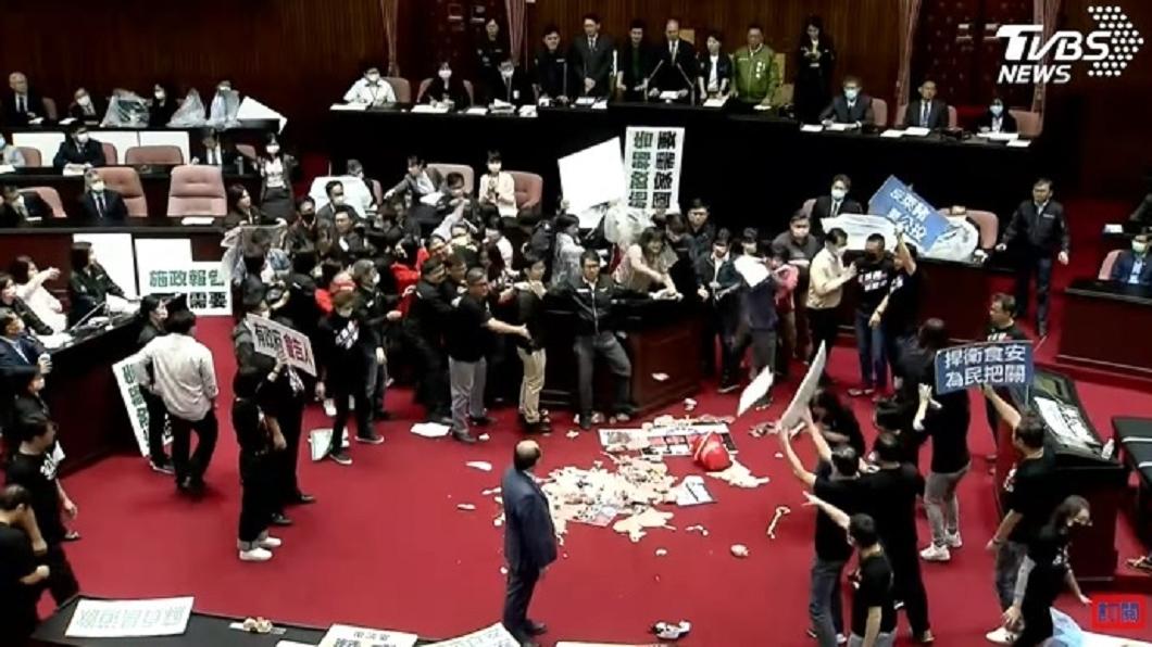 (圖/TVBS資料畫面) 藍委國會丟豬內臟噁心? 她怒起底民進黨:丟過排泄物