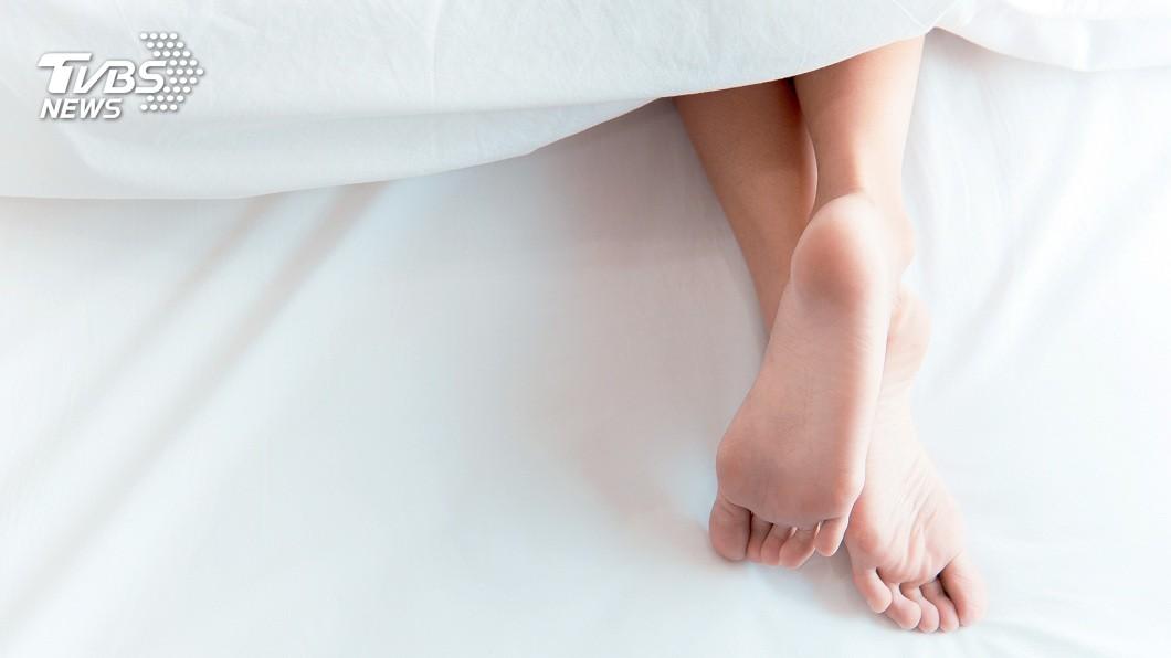 一名男子分享回到家後看到女友換上可愛睡衣躺在床上,對方還問他:想摸嗎?(示意圖/shutterstock 達志影像) 女友換睡衣躺床喊「想摸嗎」 男猛撲下秒聽到1句話傻了
