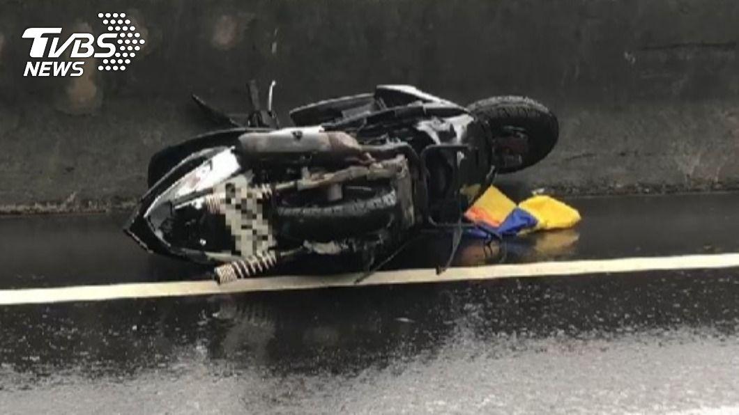 機車騎士送醫搶救不治。(圖/TVBS) 台2線發生死亡車禍 18歲騎士遭撞飛搶救不治
