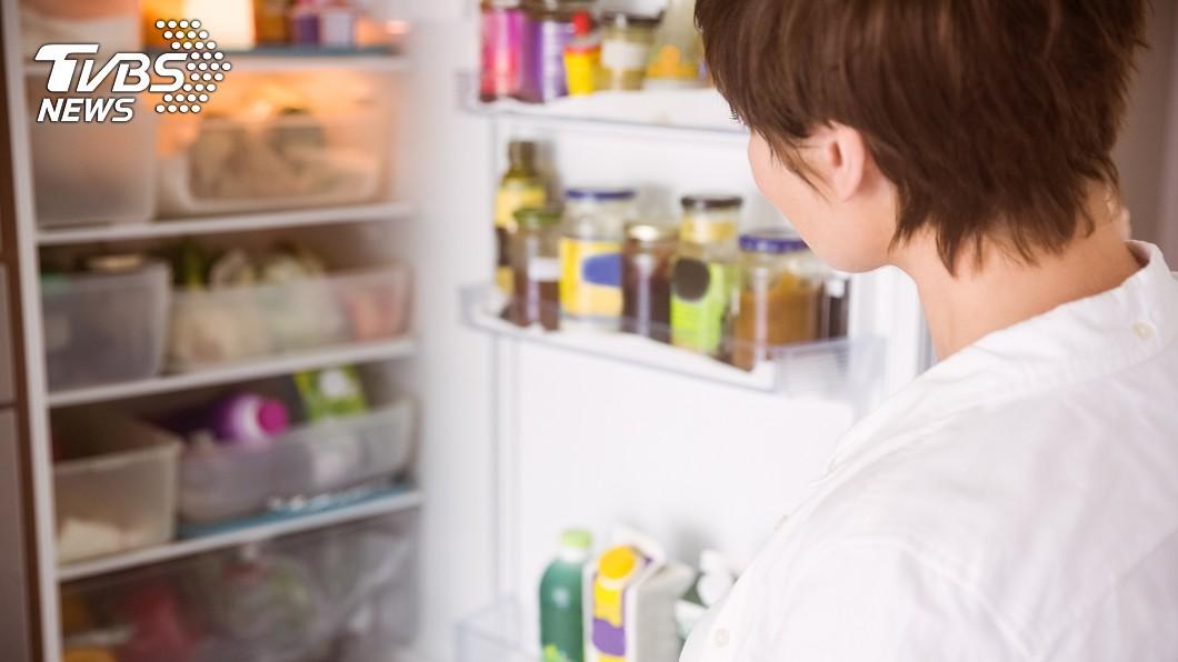 一名媳婦抱怨婆婆老是愛拿食物給他們,導致冰箱常常都處於被塞滿的狀態。(示意圖/shutterstock 達志影像) 暖心婆婆愛送食物 媳怨冰箱被塞爆「掌控欲太強」