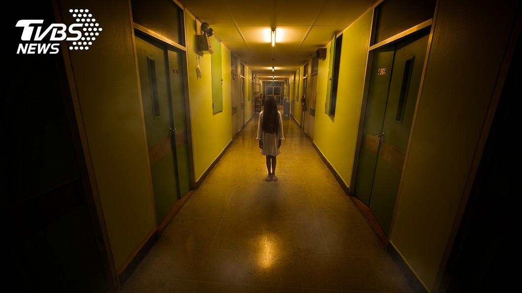 女童時常稱「自己看見過世的人」。(示意圖/shutterstock 達志影像) 9歲童突「抽搐狂喊見鬼」 家人砸百萬驅邪…真相逆轉