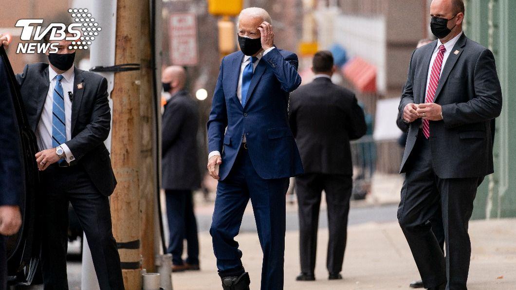 圖/達志影像美聯社 腳骨裂後首度露面 拜登穿護具鞋步伐微慢