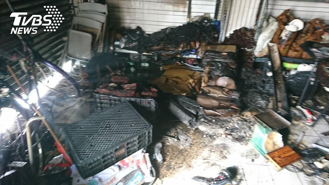 男子當場身亡。(圖/TVBS) 嘉義太保火災!男「燒成焦屍」臥躺車庫內