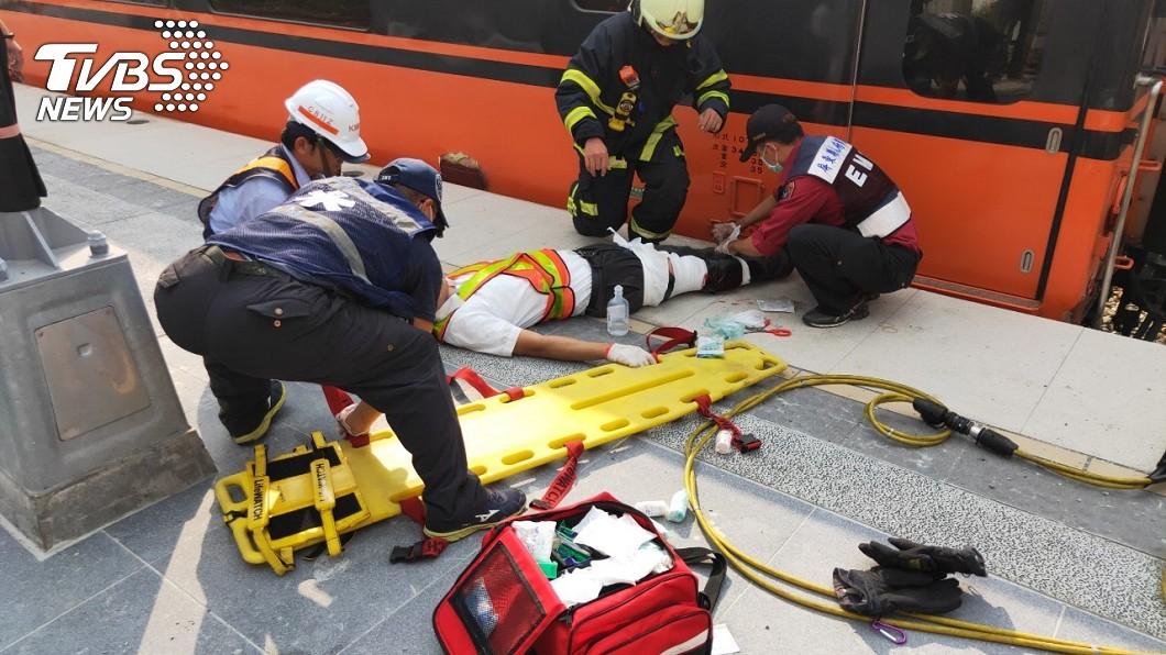 (圖/TVBS) 台鐵南州站驚傳恐怖意外!員工「跌落月台」遭列車猛夾