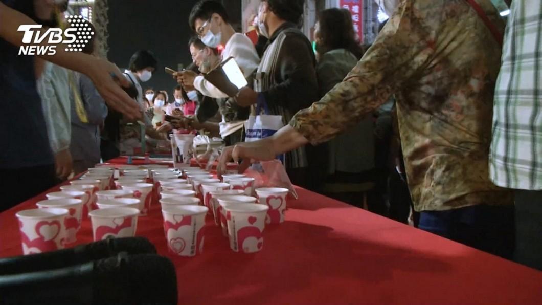 高雄市府經發局在六合夜市舉辦「辦桌免費吃」活動,到現場竟成試吃。(圖/TVBS資料照) 不滿高市府解約 廠商怒爆:事前根本不知「辦桌免費吃」