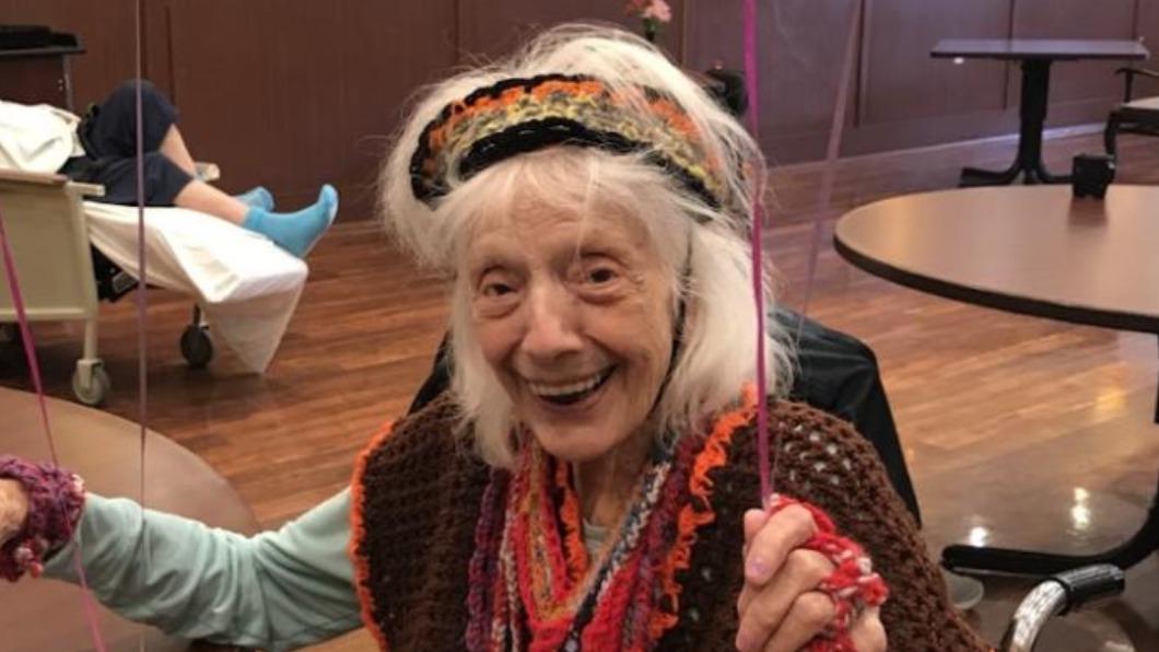 弗里德曼再次擊敗新冠。(圖/翻攝自CNN) 地表最強百歲嬤染新冠「二次重生」 癌症、流感全擊敗