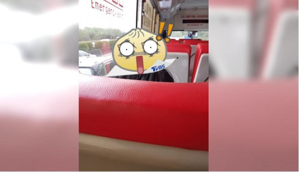 乘客在公車上針灸。(圖/翻攝自臉書社團新.路上觀察學院) 悚!公車驚見乘客「頭上插9針」 網嚇傻:不怕煞車?