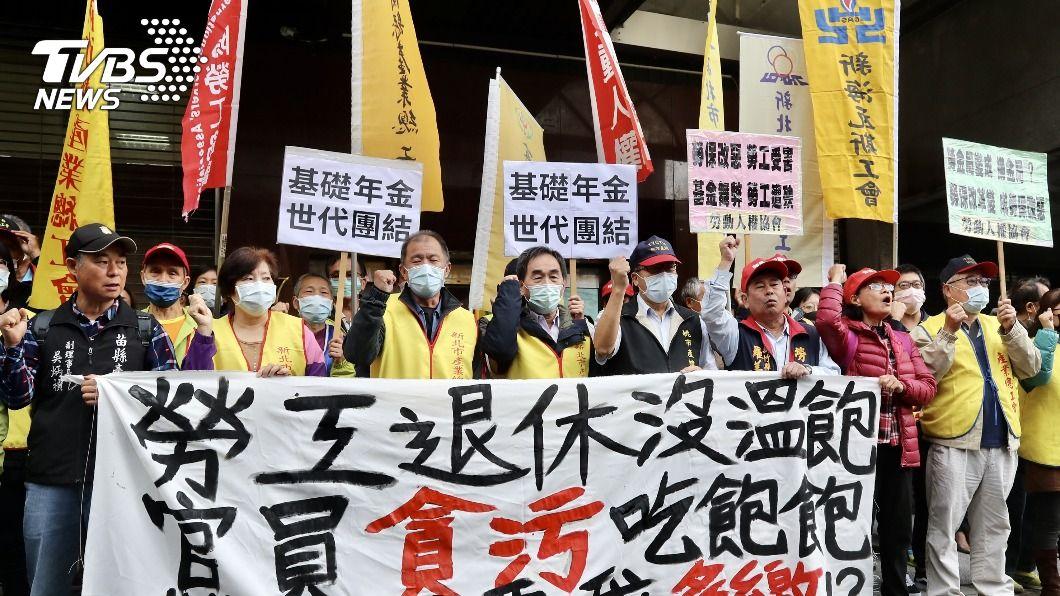 工鬥團體到勞動部前抗議。(圖/中央社) 工鬥要求召開勞保座談會 勞動部:會評估