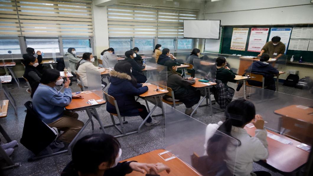 圖/達志影像路透 疫情未止!南韓學測日嚴格防疫.考生數創新低