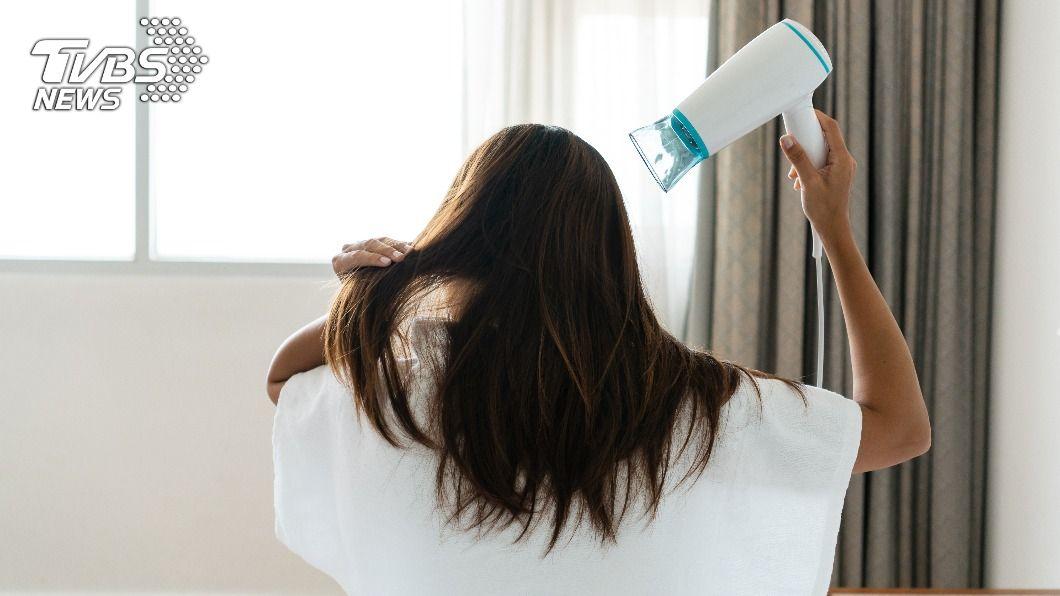 正確吹頭髮,才能有效改善髮質。(示意圖/shutterstock達志影像) 抹護髮油仍毛躁像稻草? 2動作還原柔順又光亮