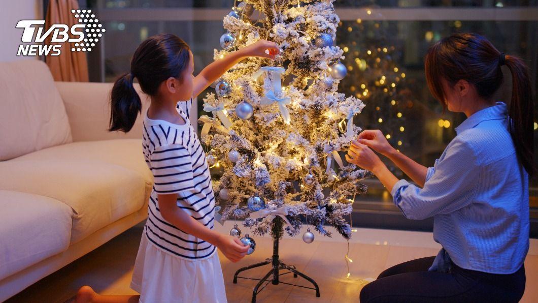 母親幫聖誕紙樹加水,結晶瞬間掉光。(示意圖/shutterstock 達志影像) 毀壞童年!母幫聖誕樹「澆水」整棵壞死兒痛哭