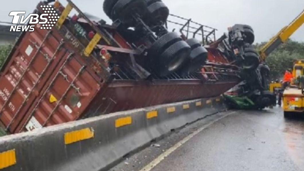 台62甲線發生貨車翻覆。(圖/TVBS) 62甲線貨車翻覆「四輪朝天」 駕駛受困待救援
