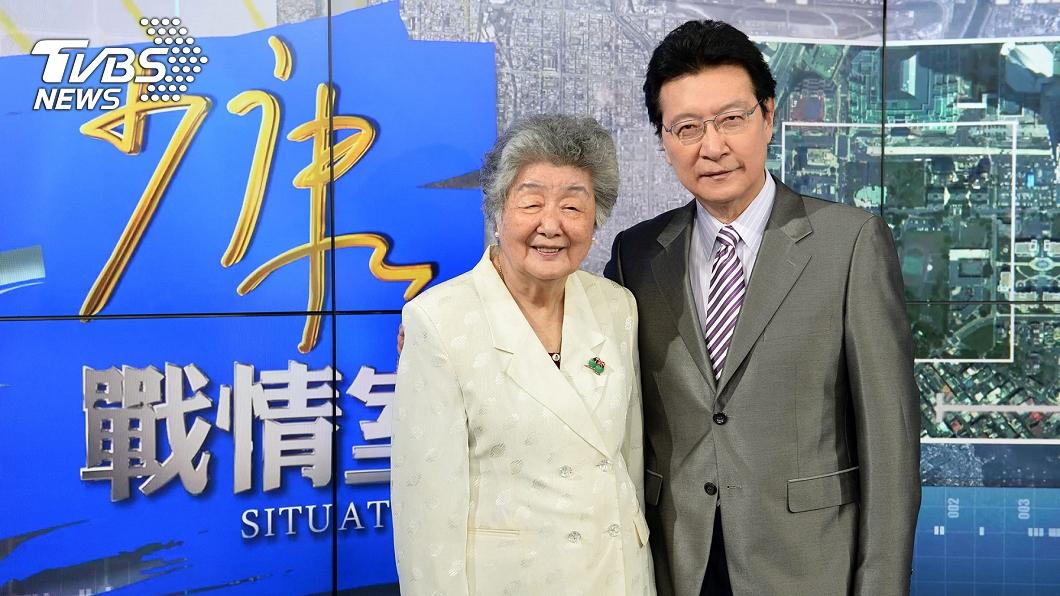 趙少康母親曾於2015年來《少康戰情室》探班和趙少康合影。(圖/TVBS) 不捨母親「罹癌4年」離世落淚 趙少康點愛歌追憶