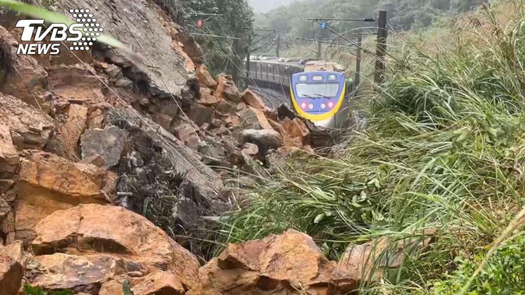 台鐵猴硐至瑞芳段邊坡土石崩落交通中斷。(圖/TVBS) 土石崩落台鐵瑞芳-猴硐交通中斷 預計12/5搶通