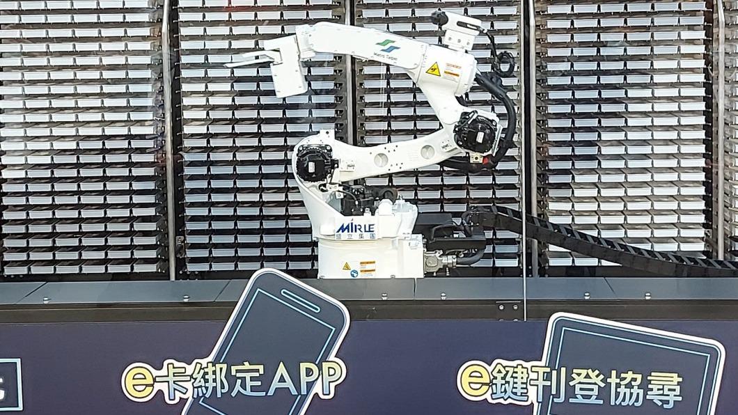 機械智能手臂「阿姆斯壯」。(圖/中央社) 北捷智能手臂阿姆斯壯首亮相 遺失物取件只需30秒