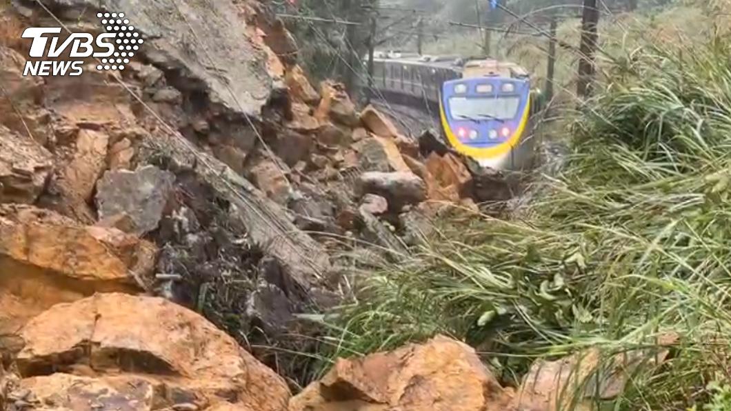 台鐵一輛列車險遭落石砸中。(圖/TVBS) 瑞芳猴硐間整片土石崩落 台鐵英雄機警急煞救百命