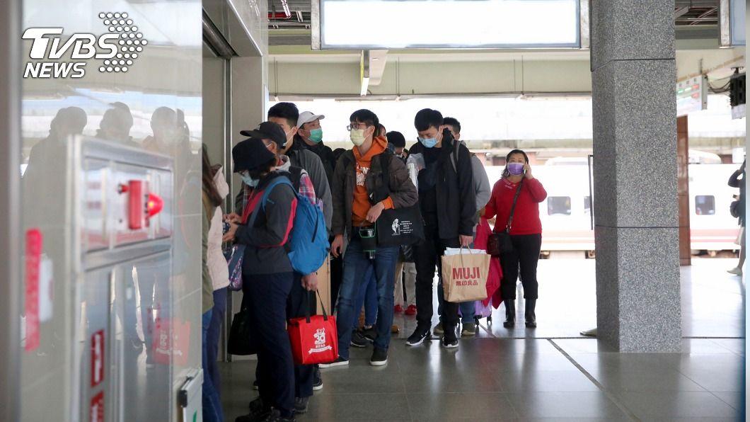 目前樹林往返宜花東列車停駛,花蓮火車站出現大批受影響乘客等待退換票。(圖/中央社) 台鐵瑞芳-猴硐路線中斷 花蓮車站湧現退換票人潮
