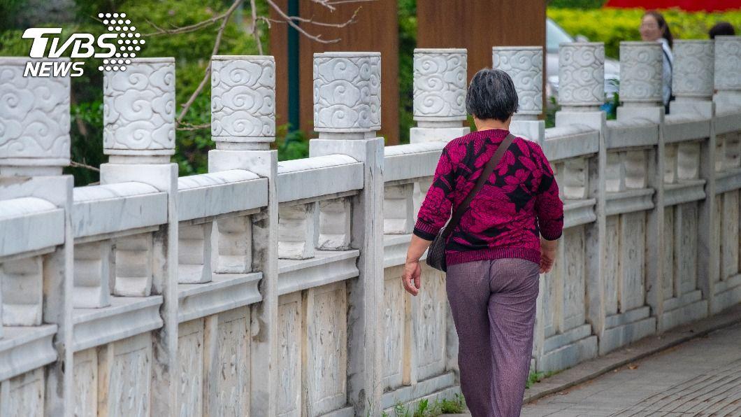 屏東79歲獨居阿嬤在除夕捐出全部積蓄。(示意圖/Shutterstock達志影像) 79歲獨居嬤勤存6600元 除夕低調捐出:會太少嗎?