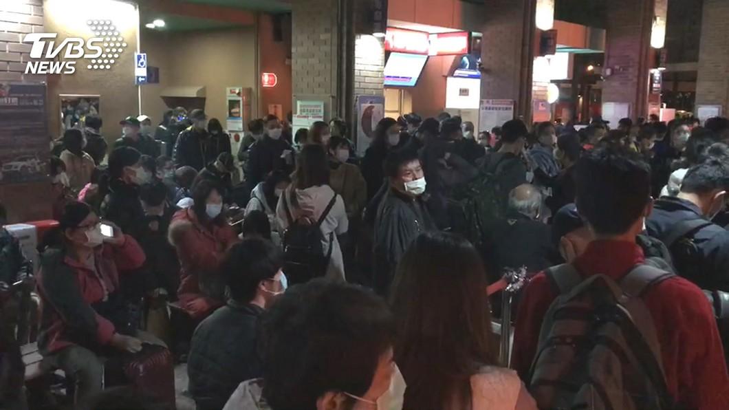 客運站湧現大批民眾。(圖/TVBS) 往宜花東鐵路中斷 客運連2日加開逾千班次
