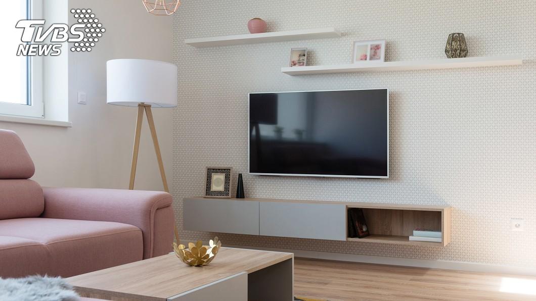 許多人會使用壁掛安裝電視,讓整體空間看起來更有質感。(示意圖/shutterstock 達志影像) 房間太小怎收納? 網推「10樣神物」秒變大空間