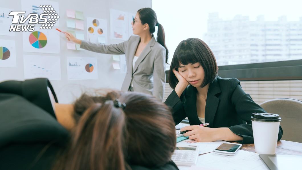 覺得工作內容太無聊、對工作沒有認同感時特別容易想睡覺。(示意圖/shutterstock 達志影像) 起床只想裝病請假! 「職業倦怠10大症狀」你中幾項?