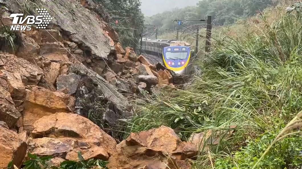 一輛區間車在距離土石坍方處不到30公尺處及時停下。(圖/TVBS) 台鐵英雄!猴硐山崩前一瞥「不對勁」救400乘客性命