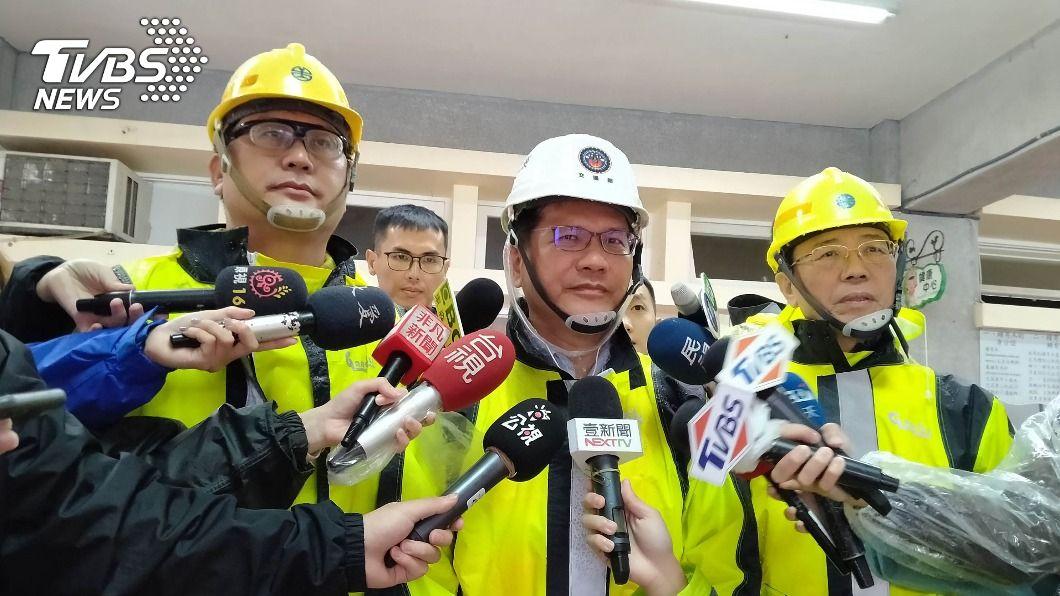 交通部長林佳龍初估需一週才能恢復通車。(圖/中央社) 台鐵搶修瑞芳猴硐段 林佳龍:估13日通車