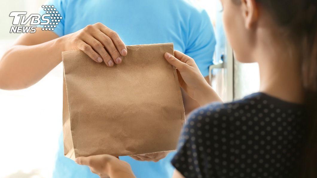 現代人頻繁地使用外送平台訂餐。(示意圖/shutterstock達志影像) 外送員食物落地竟「赤手撿起」 若無其事交餐引眾怒