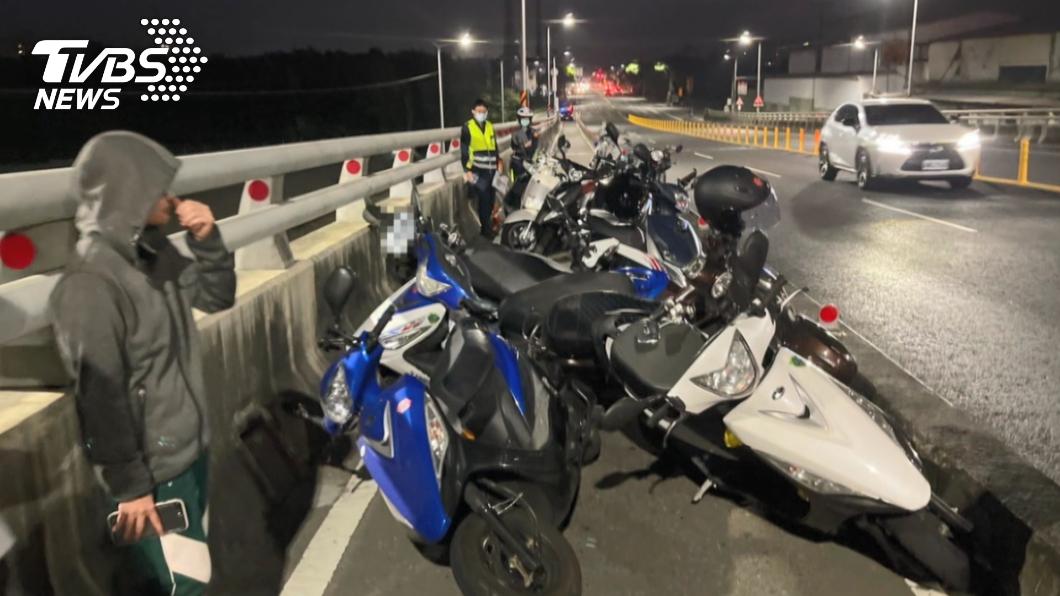 竹湖橋機車道13輛機車連環撞。(圖/TVBS) 高雄13機車連環撞!騎士跳車逃 警一查身分笑了