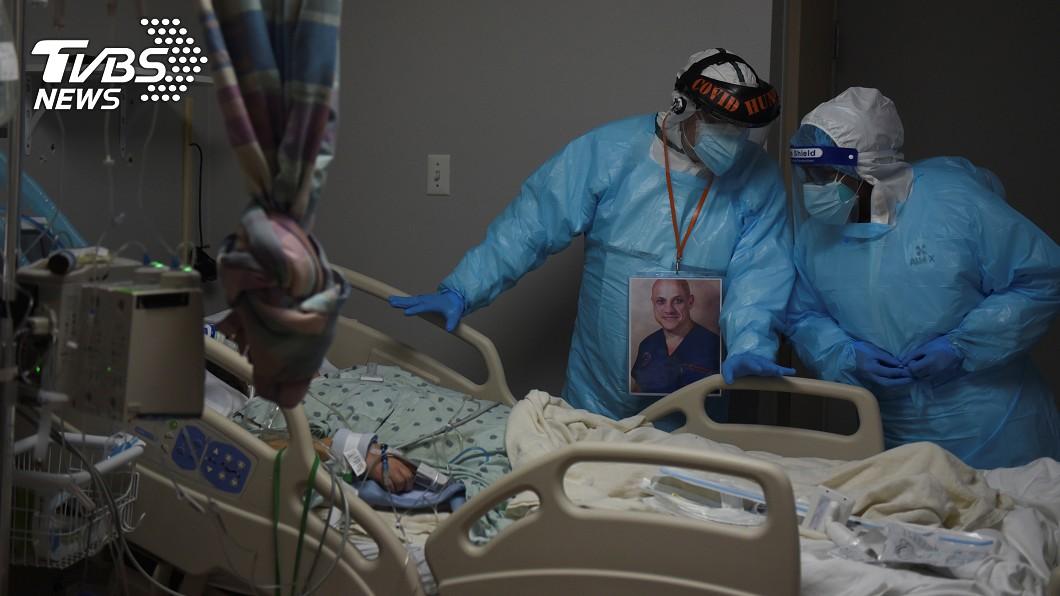 美國醫師瓦隆(左)和醫護人員。(圖/達志影像路透社) 連續工作260天! 美國醫疾呼:抗疫已筋疲力竭