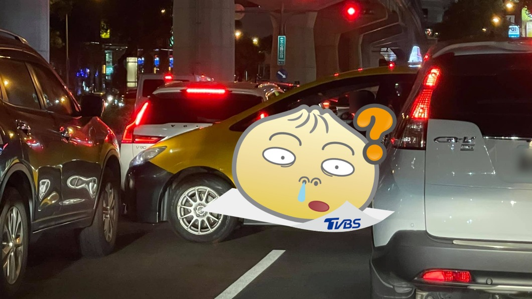 (圖/翻攝自新·路上觀察學院) 小黃霸氣硬插車陣 露「諷刺標語」網笑:橫停才能宣傳