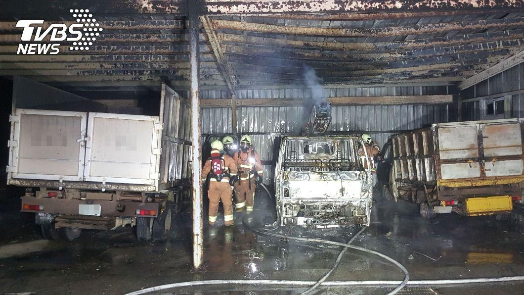 (圖/中央社) 馬公資源回收場車棚清晨火警 4車毀損幸無人員傷亡