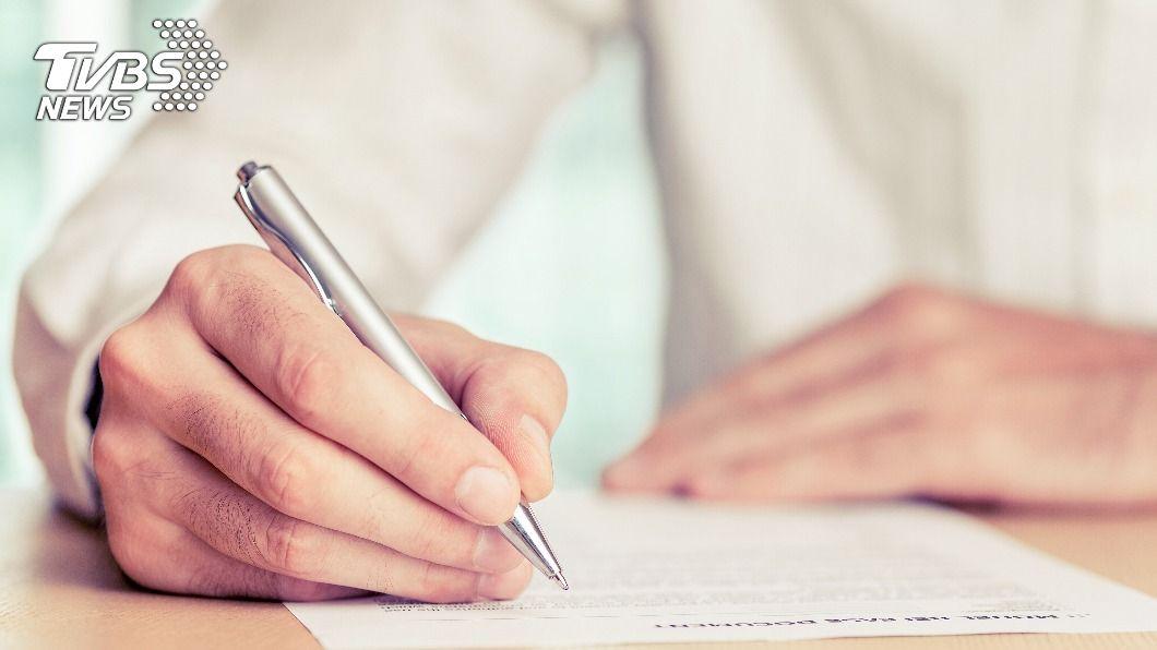 男子被女友母親要求簽屬婚前協議書。(示意圖/shutterstock達志影像) 生死狀?準岳母要求簽婚前3協議 男傻眼:簽不下去