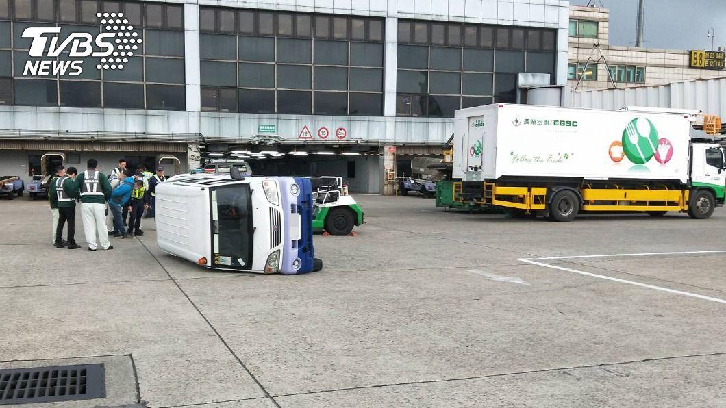 桃機昨天發生非道路交通事故。(圖/中央社) 桃園機場機坪作業車輛碰撞 肇事責任待釐清