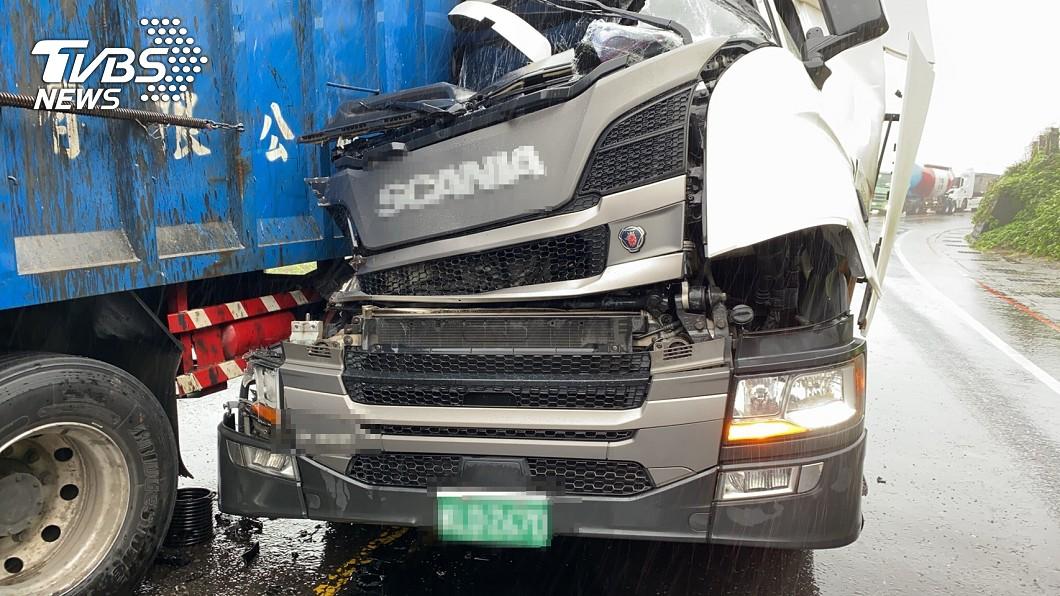(圖/TVBS) 台2線瑞芳聯結車追撞 車頭凹毀「駕駛卡座位」