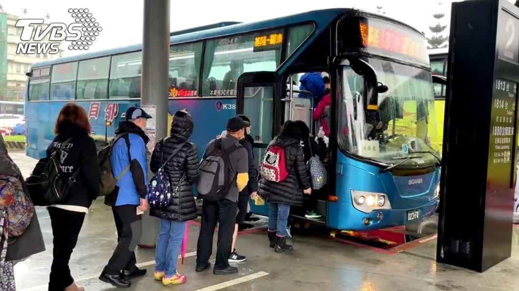 基隆乘客提早出門搭客運。(圖/中央社) 北部往東部鐵路中斷 基隆乘客提早出門搭客運
