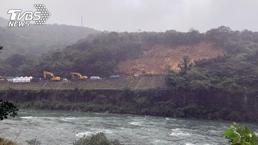 台鐵瑞芳-猴硐路段4日邊坡大面積坍塌。(圖/中央社) 蘇貞昌指示積水排入基隆河 加快台鐵搶修速度